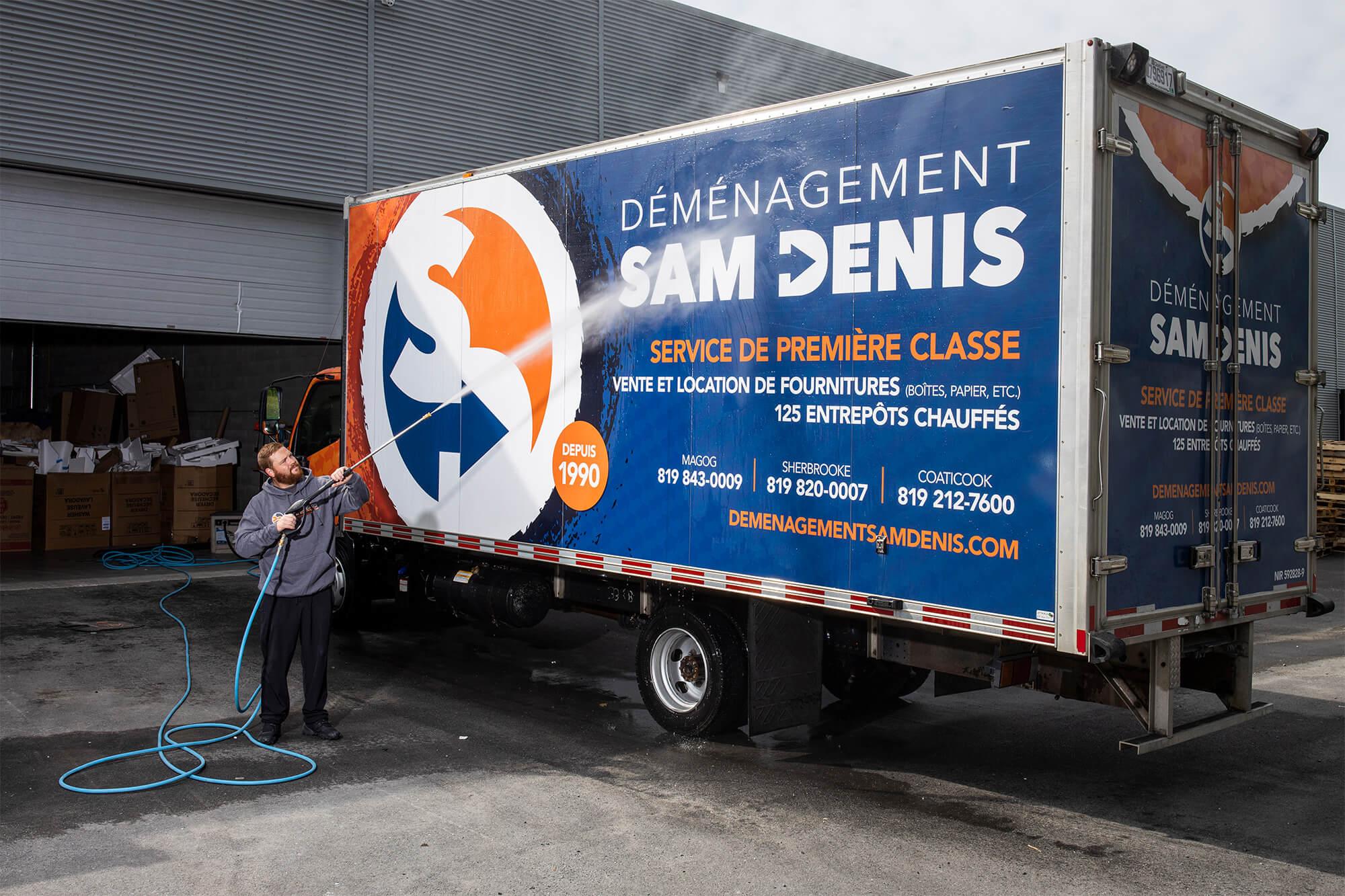 Nettoyage et désinfection des camions Déménagement Sam Denis - Chef de file dans l'industrie du déménagement dans la région de l'Estrie